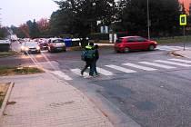 Někteří vyškovští rodiče mají problém dopravit děti do škol. Provoz u Základní školy Tyršova bývá každé ráno hustý.