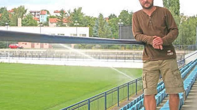 """Na drnovickém stadionu prožil  Edvard Lasota jako hráč svá nejlepší léta. Dnes zde trénuje mládežnické celky Vyškova. """"Plně využíváme všechny zdejší tréninkové plochy. Ve Vyškově zatím nemáme kde trénovat,"""" říká."""