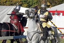 Soupeření patřilo k zábavám středověké šlechty. Na turnajích brali rytíři do rukou dřevce, v opravdové bitvě kopí.