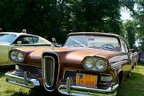 Osmdesát let staré stroje, koňské spřežení, technické rarity i moderní sportovní auta. Jubilejní dvacátý Oldtimer festival v zámeckém parku ve Slavkově u Brna přilákal v sobotu tisíce návštěvníků. Padl i rekord v počtu vystavovatelů.