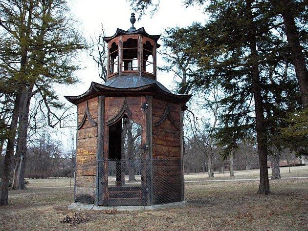 Dřevěný altánek v zámeckém parku ve Slavkově u Brna.