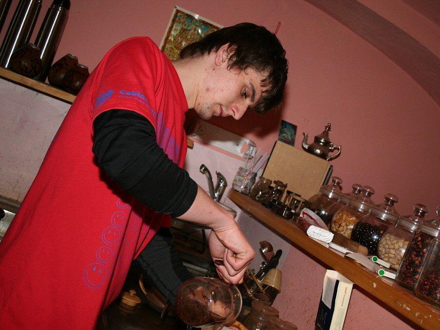 Příprava čaje ve vyškovské Modré čajovně.