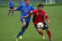 Fotbalisté Křenovice (v červeném) jsou  po polovině soutěže na čele tabulky.