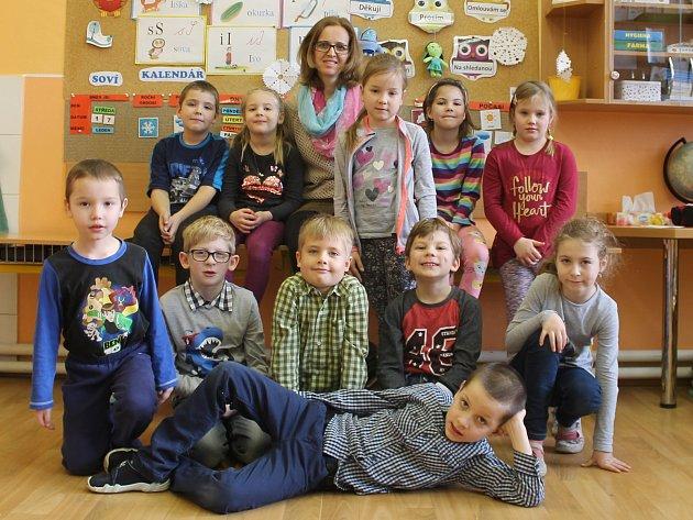 Žáci první třídy ze ZŠ Moravské Prusy spaní učitelkou Irenou Černochovou.