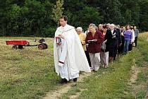 Nížkovští rodáci jdou požehnat opravený kříž z roku 1929.