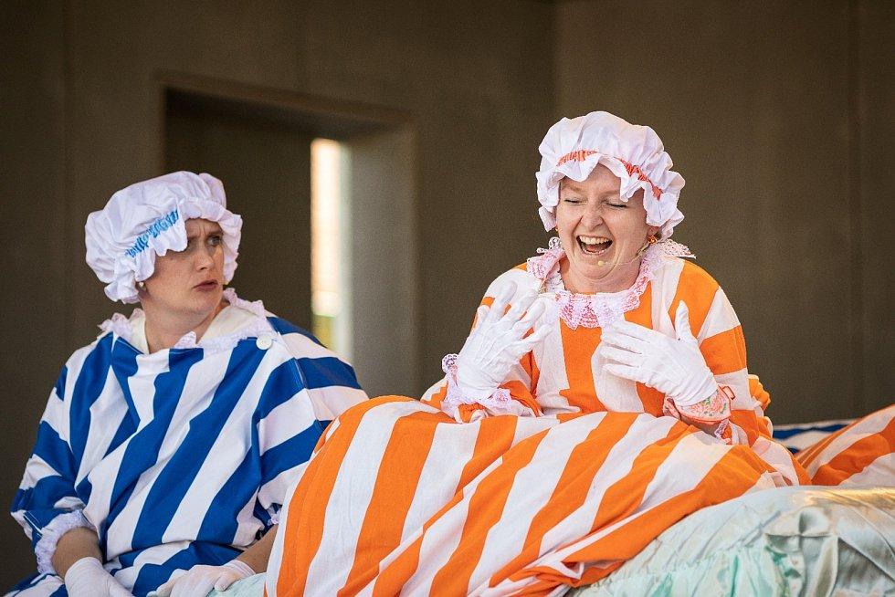 Zavítal i profesionální soubor Divadlo 2-15 s operou peřiny. Renata Svobodová a Eva Svozilová.
