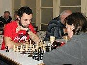 Turnaj Šachové loučení se starým rokem ve Vyškově opět vyhrál Roman Závůrka z Prostějova (v bílém svetru s červeným pruhem).