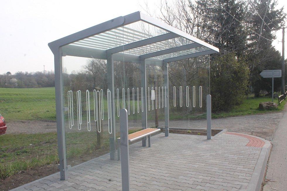 Autobusová zastávka v Holubicích.