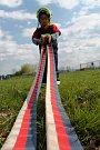 Dobrovolní hasiči z Ivanovic na Hané na Vyškovsku představili dětem svou práci. Na ivanovickém hasičském hřišti si vyzkoušely třeba spojování a motání hadic.