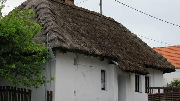 Chaloupka v Ruprechtově získá novou střechu. Na došky si ale obec musí počkat. Nejdříve je nutné sklidit obilí.