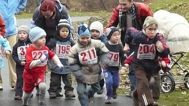 Zazávodit si a změřit si síly se svými kamarády přišly i nejmenší děti, které v kategorii zlatíčka dívky a zlatíčka hoši běžely trať dlouhou šedesát metrů.
