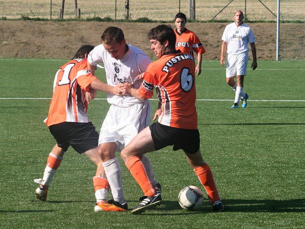 Prvním zápasem na nové umělé trávě ve Vyškově bylo utkání okresního přeboru MFK Vyškov B – Pustiměř 2:3.