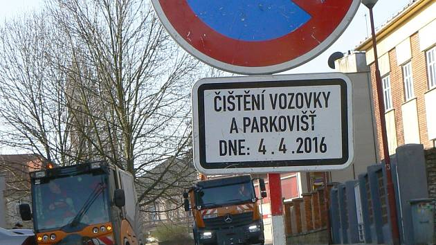 Úklidové čety od pátku vyrážejí do ulic Vyškova, které čistí po zimě. V pondělí se zaměřily na Heydukovu, Nerudovu, Jiráskovu a Kašíkovu.