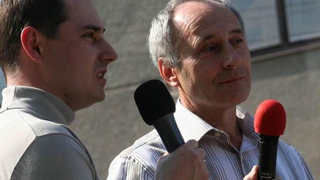 Šéfredaktor Vyškovského Deníku Michal Sklenář (vlevo) zpovídá ivanovického starostu Josefa Lysáka.
