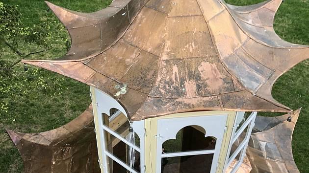 Časová schránka byla ukrytá ve věžičce původního altánu od roku 1992. Zástupci města do ní přidali i roušku, umístili ji do renovované stavby.