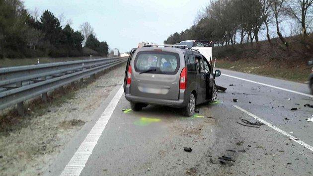 Nehoda osobního auta a kamionu zkomplikovala cestu do práce řidičům jedoucím ve čtvrtek ráno po dálnici D1 ve směru zVyškova na Brno. Kvůli střetu dvou aut byla dálnice uobce Luleč na Vyškovsku na čas uzavřená a tvořily se kolony.