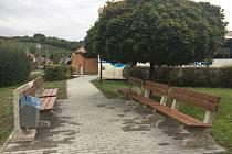 V centru vesnice u misijního kříže Lovčičky vytvořily klidovou zónu s posezením.