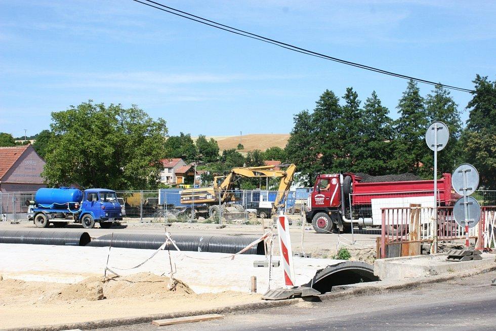 Kvůli rekonstrukci křižovatky v Nesovicích se před obcí tvoří kolony v obou směrech.
