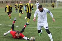 Fotbalisté MFK Vyškov (bílé dresy) porazili v generálce na jarní start Moravskoslezské ligy divizní Nové Sady vysoko 7:0.