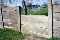 Zeď kolem hřiště v Rousínově ohrožuje hrající si děti.
