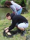Břehy vážanského rybníka v sobotu obsadili rybáři. Každý se za pomoci různých technik snažil z vody vylovit co největší ryby.
