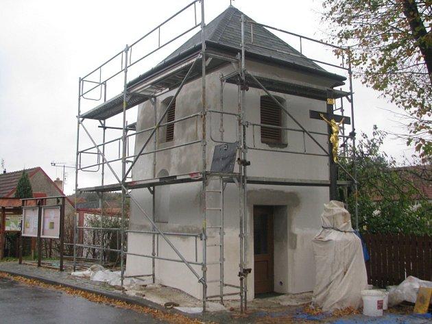 Ježkovickou zvonici ještě pokrývá lešení. Rekonstrukce však bude hotová v následujících dnech.