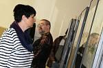 Zahájení výstavy grafik ze sbírky Radka Mikulky bylo tečkou za sobotní Poutí k Bažině v Drnovicích. Místním se poprvé představila nedávno vzniklá kapela BabyBanda.