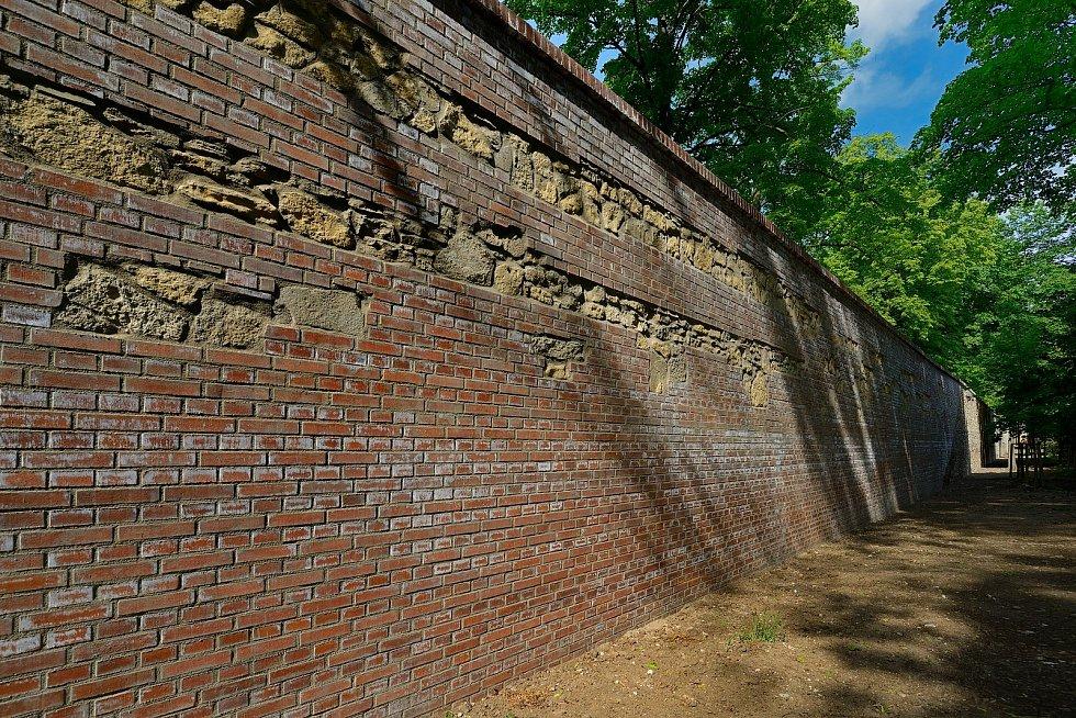 Část zámeckých zdí poničili před deseti lety povodně. Dělníci začali na opravách pracovat předloni na jaře.