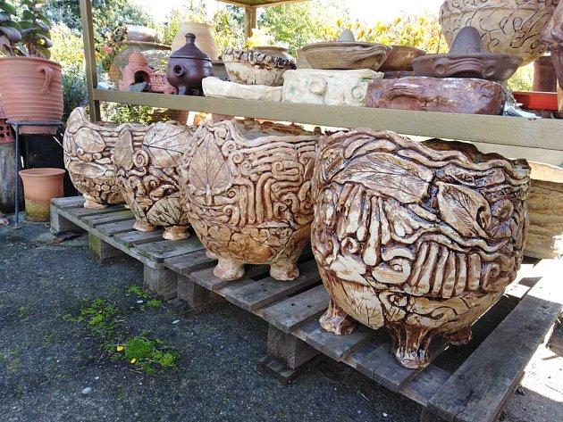 Drahomíra Svobodová upřednostňuje ve své práci užitkovou, dekorativní a zahradní tvorbu.