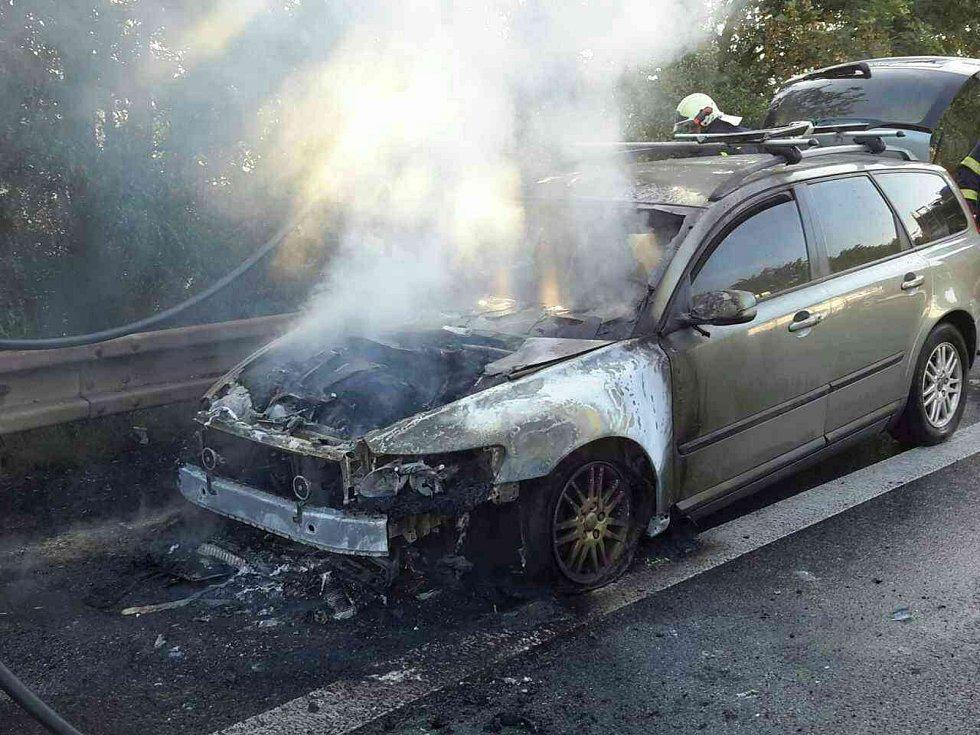 U Holubic hořelo na silnici I/50 osobní auto.