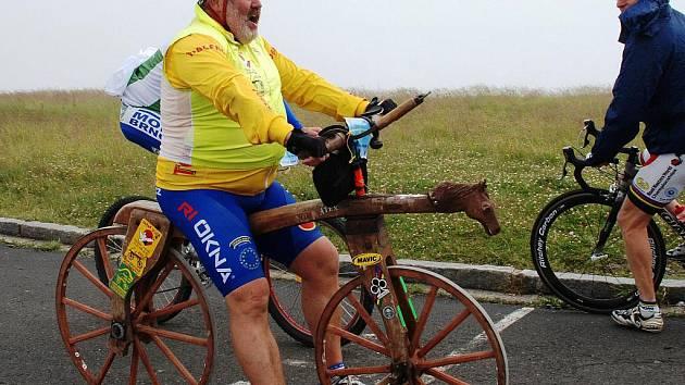 Slavkovan Ivan Křivánek udivuje svými výkony na dřevěném kole. Vyjel na něm i nejvyšší horu Moravy – Praděd.