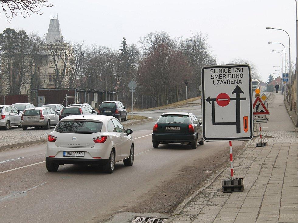 Opravy na silnici I/50 komplikují život lidem ve Slavkově u Brna.