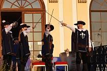 Divadelní představení na motivy románu Alexandra Dumase Tři mušketýři mohou sledovat diváci v zámeckém parku ve Slavkově v sobotu v podvečer. Fotografie z loňského představení.