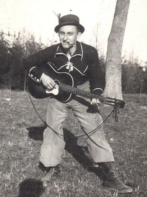 Partyzán z Nemochovic Břetislav Schweidler. Velitel jednoho z oddílů Olgy. Padl u Roštína na samém sklonku války ve věku jedenadvaceti let.