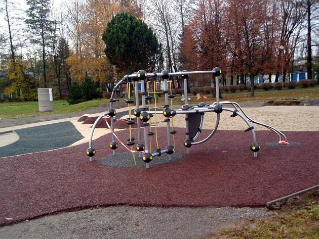 Nové hřiště ve Smetanových sadech ve Vyškově je zaměřené nejen na děti, ale i jejich rodiče.