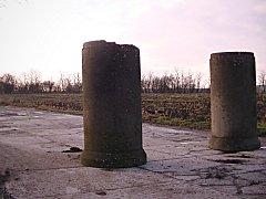 Kdo na příjezdovou cestu k bývalé vážanské motokrosové dráze umístil betonové skruže, se zatím neví.