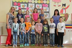 Žáci 1.A ze Základní školy 711 v Bučovicích s paní učitelkou Luběnou Hudcovou a asistentkou Kateřinou Tairy.