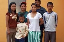 S životem v naprosto odlišném prostředí se musí vyrovnat rodina Pengových, která utekla před vojenským režimem v Barmě. Nový domov našla v Bohdalicích, které se jim snaží maximálně vypomáhat.