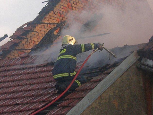Příčina vzniku požáru je v šetření, způsobenou škodu vyšetřovatel předběžně odhadl na osm milionů korun.