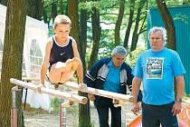 Jednu z naději bučovické sportovní gymnastiky Lukáše Řezníčka sleduje při cvičení na bradlech trenér Petr Petržela (vpravo).