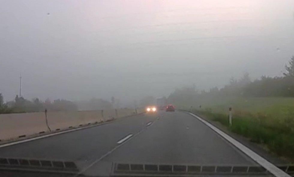I po vjetí do protisměru pokračoval řidič sportovního Audi v jízdě na dálnici D1 poblíž Kroměříže.