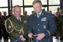 Slavnostní stříhání pásky před Centrem ochrany proti zbraním hromadného ničení NATO.