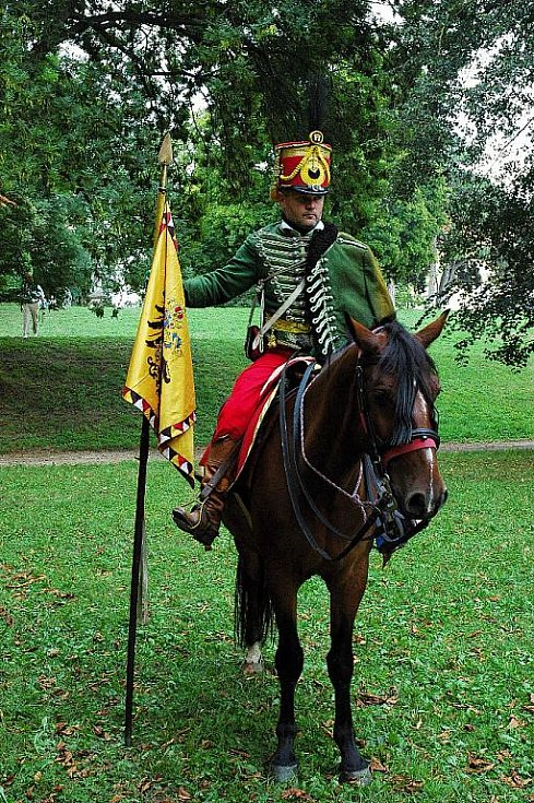Napoleonské dny ve Slavkově - Josef Jeluš v uniformě 8. husarské pluku rakouské armády se zástavou. Představuje Ladislava Škultétyho-Gábriše.