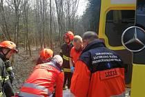 Při práci v lese spadl na muže strom, má středně těžká zranění. Záchranářům komplikoval cestu náročný terén.