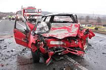 Bilance čelního střetu dvou aut je tragická. Jeden řidič v autě uhořel, druhý se těžce zranil. Kolize se stala na mezinárodní silnici I/50.
