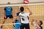 V prvním utkání kvalifikace o postup do I. ligu mužů porazili volejbalisté Holubic (bílé dresy) VK Hronov hladce 3:0.