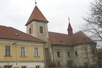 Farnost kostela chce uspořádat výběrové řízení na opravy sama.