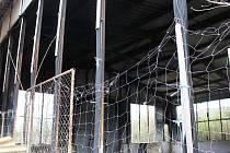 Vyhořelá výrobní hala v Drysicích třináct let ohrožuje obyvatele obce. Opadávají z ní těžké plotny i sklo. Stále však není známý majitel.