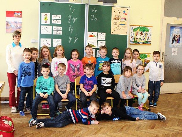 Žáci 1.Aze ZŠ Otnice spaní učitelkou Jarmilou Pavlíkovou.