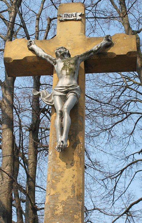 Kříž na holubickém hřbitově.